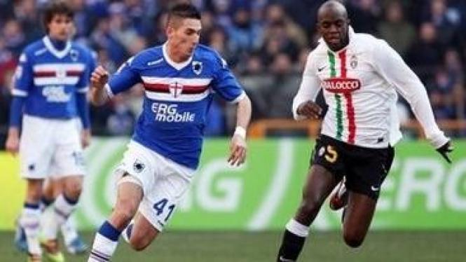 Federico Macheda (biru) dan pemain Juventus Mohamed Sissoko