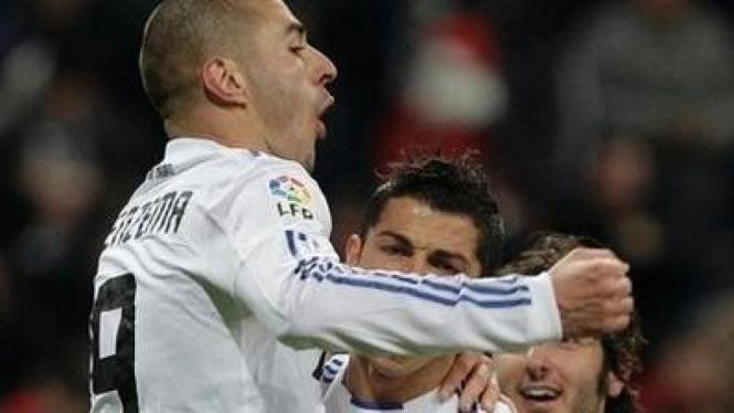 Karim Benzema merayakan gol bersama Cristiano Ronaldo