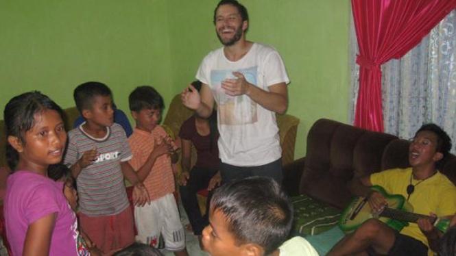 Peserta AIYEP mengajar bahasa Ingris anak-anak