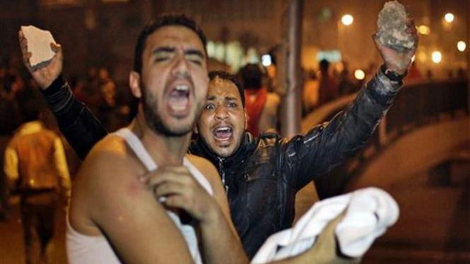 Dua demonstran beraksi di ibukota Mesir, Kairo