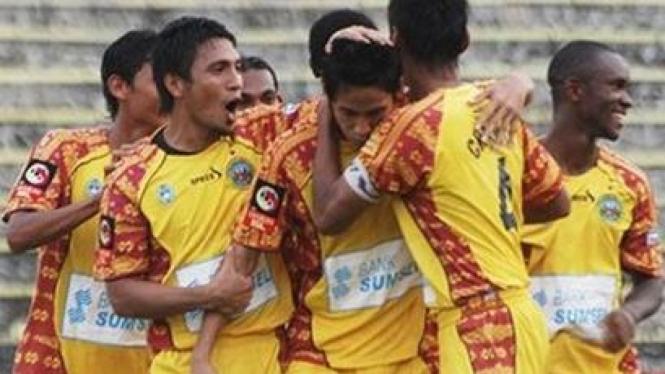 pemain sriwijaya merayakan gol