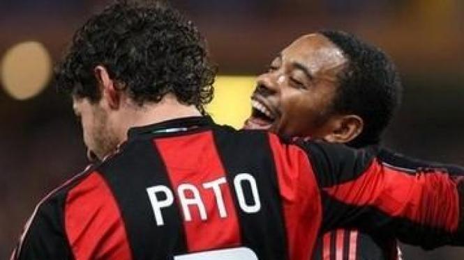 Pato dan Robinho (kanan) merayakan gol