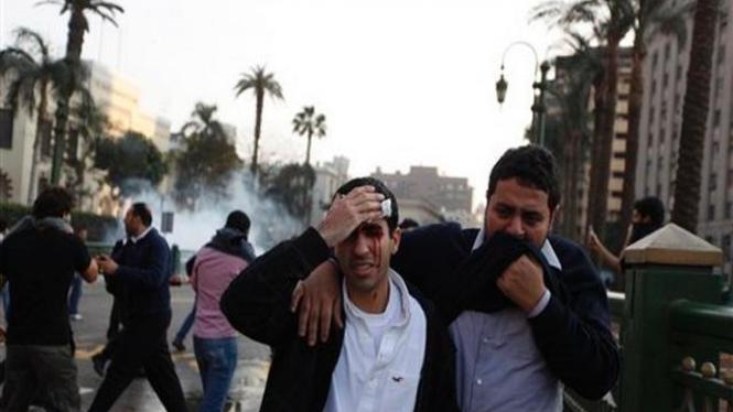 Seorang pria terluka dalam suatu unjuk rasa di Kairo, Mesir