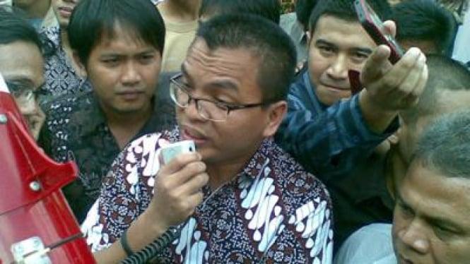 Denny Indrayana saat menghampiri demonstran