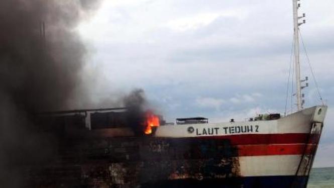 Kapal Roro Lautan Teduh terbakar di Selat Sunda, Merak, Banten