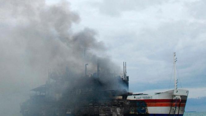 KMP Laut Teduh terbakar di Selat Sunda.