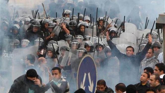 Bentrokan demonstran dan polisi Mesir di Kairo