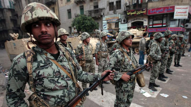 Tentara Mesir awasi para demonstran