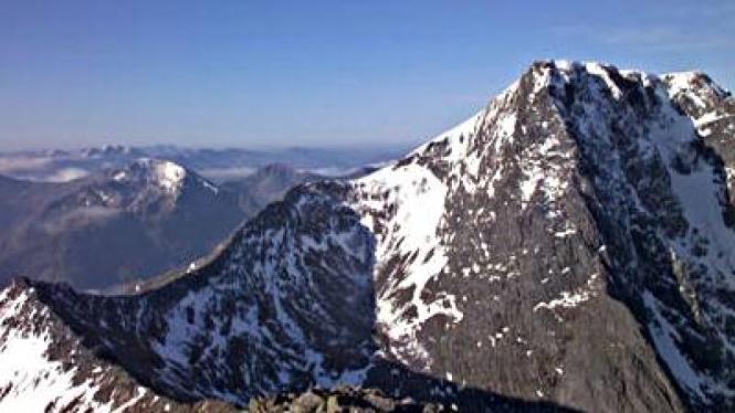 Seorang pendaki selamat setelah jatuh di Pegunungan Skotlandia
