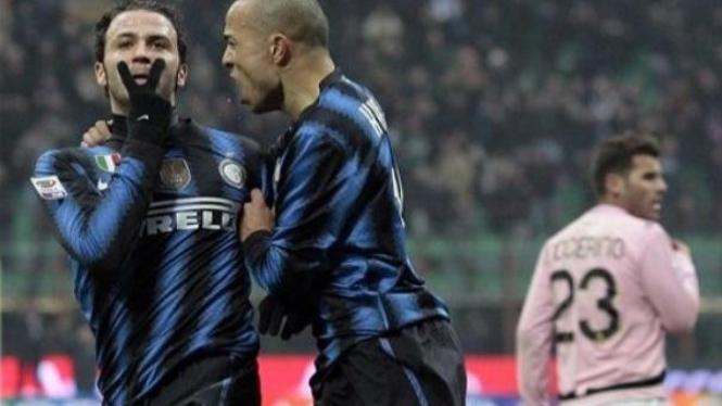 Giampaolo Pazzini (kiri) merayakan gol pertama Inter Milan