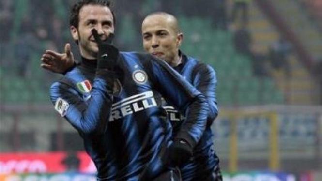 Giampaolo Pazzini (depan) merayakan gol