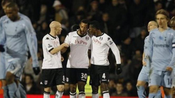 Pemain Fulham rayakan gol Mousa Dembele