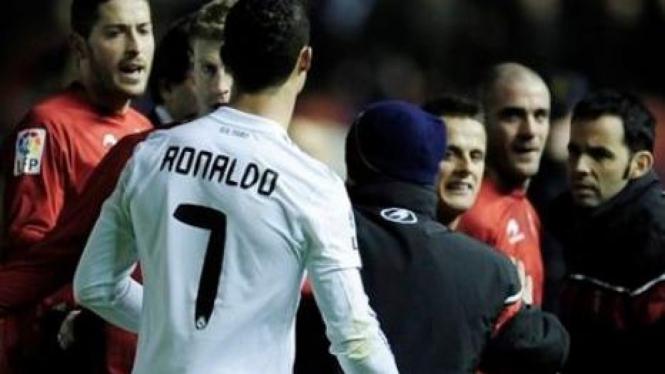 Cristiano Ronaldo (7) bersitegang dengan pemain Osasuna