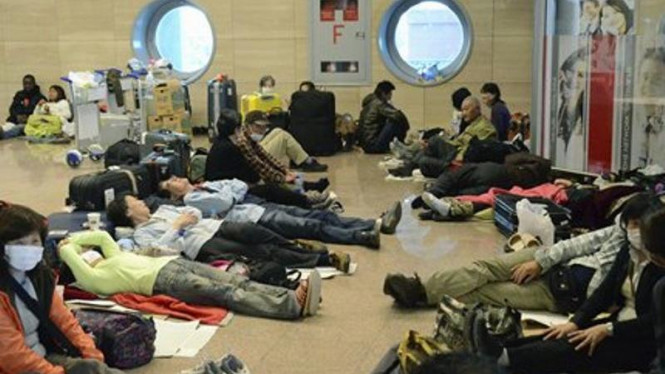 Para turis Jepang menunggu pesawat di Bandara Kairo, Mesir