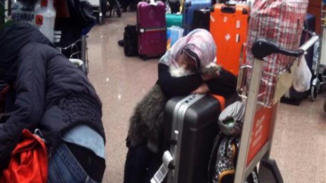 Seorang penumpang menunggu di Bandara Kairo, Mesir