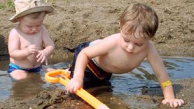 Anak bermain kotor di lumpur
