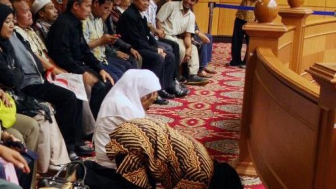 Pendukung calon pilkada Pandeglang, Erwan Kurtubi & Heryani, sujud syukur di MK