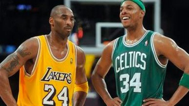 Legenda Boston Celtics, Paul Pierce (kanan), bersama Kobe Bryant.
