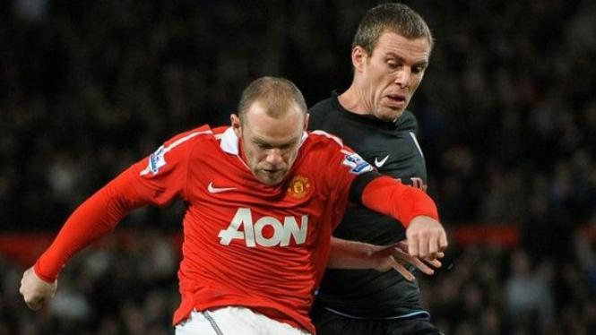 Wayne Rooney mencetak gol ke gawang Aston Villa