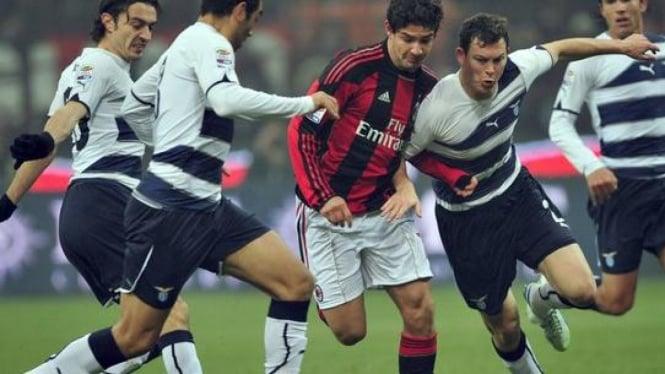Pato (tenga) di hadang beberapa pemain Lazio