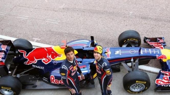 RB7 bersama Sebastian Vettel (kanan) dan Mark Webber