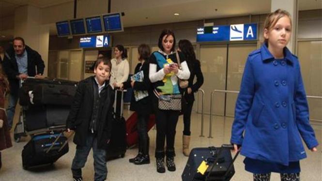 Sejumlah penumpang suatu pesawat tiba di Yunani dari Mesir