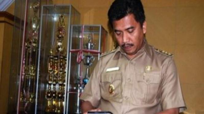 Bupati Maros HM Hatta Rahman menggunakan komputer jenis tablet