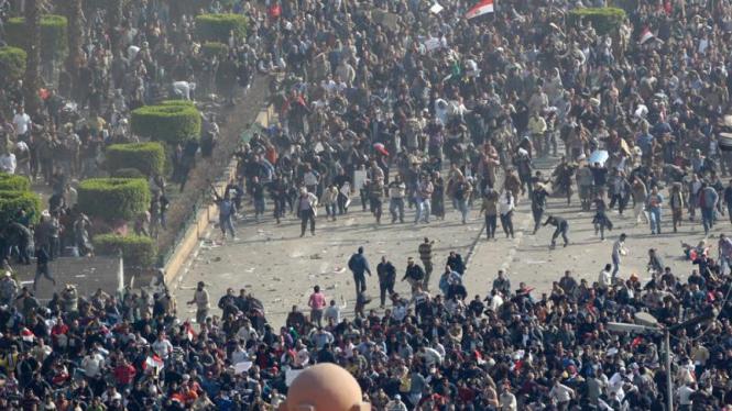 Bentrokan antara massa yang pro dan anti pemerintah Mesir
