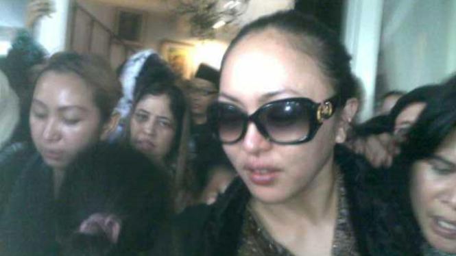 Angelina Sondakh di rumah duka.