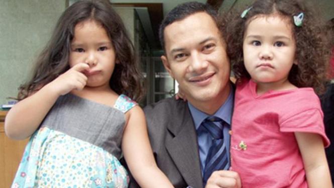 Adjie Massaid dan kedua putrinya.