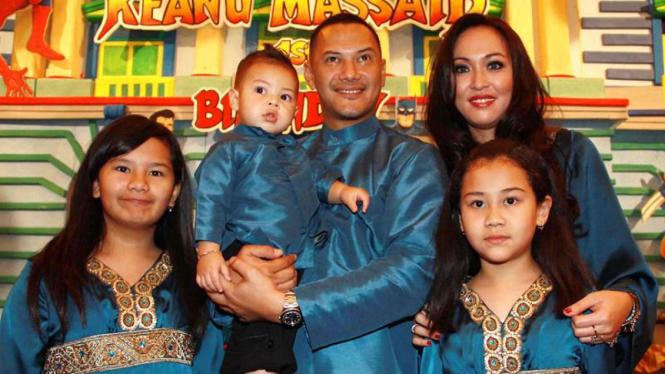 Adjie Massaid dan keluarga.