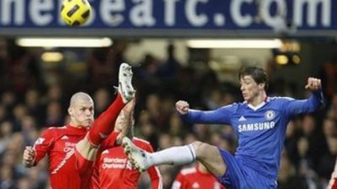 Martin Skrtel (Liverpool/kiri) berebut bola dengan Fernando Torres (Liverpool)