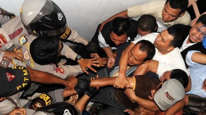 Polisi mengevakuasi jemaah Ahmadiyah Makassar, 29 Januari 2011