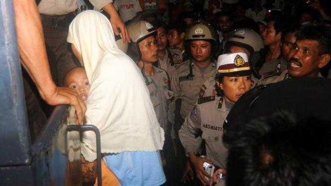Ibu dan anak warga Ahmadiyah dievakuasi polisi di Makassar