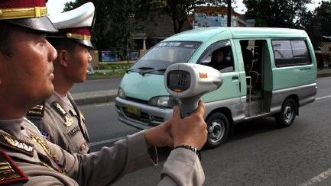 Polisi uji coba alat pengukur kecepatan (speed gun)