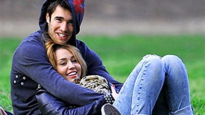 Miley Cyrus & Josh Bowman