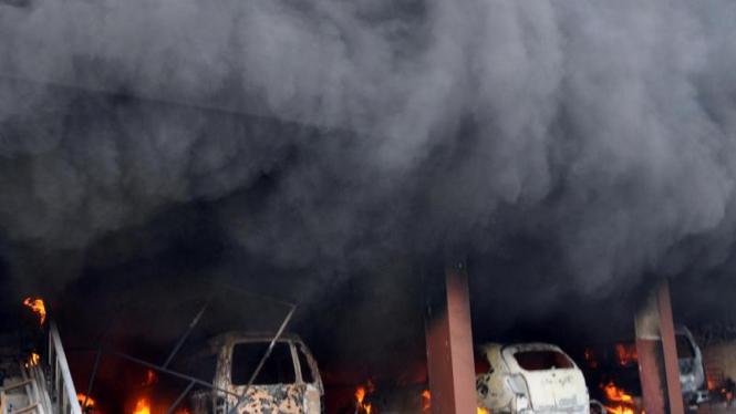 Sejumlah mobil yang berada di gereja Pantekosta Temanggung dibakar massa