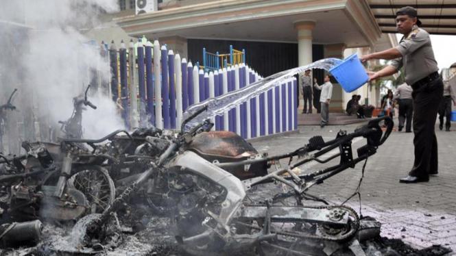 Sejumlah motor di halaman Gereja Pantekosta Temanggung dibakar massa