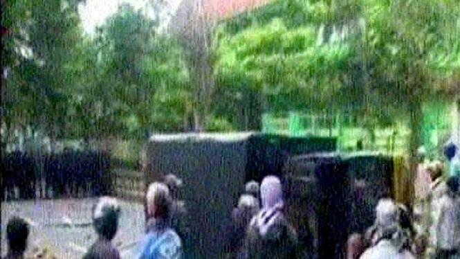 Massa melakukan aksi anarkis di sidang penistaan agama di Temanggung