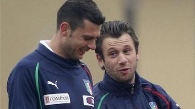 Thiago Motta (kiri) berbincang dengan Antonio Cassano