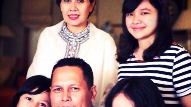 Alanda Kariza, ibu (Arga Tirta Kirana), ayah, dan kedua adiknya
