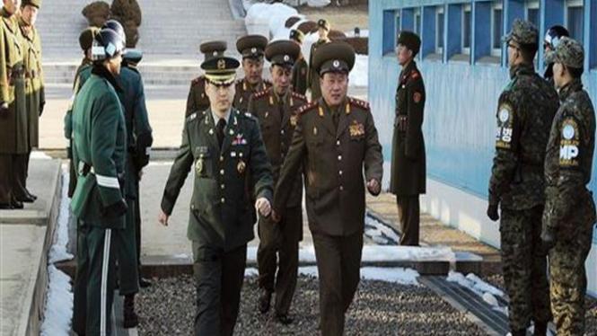 Delegasi Korut berjalan menuju tempat perundingan di pos militer Korsel
