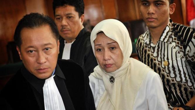 Arga Tirta Kirana (berkerudung) didampingi kuasa hukumnya