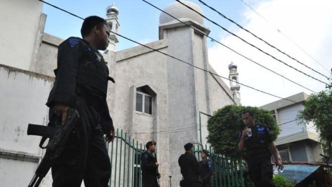 Brimob berjaga di Masjid Ahmadiyah, Al Hidayah, di Jalan Balikpapan, Jakarta