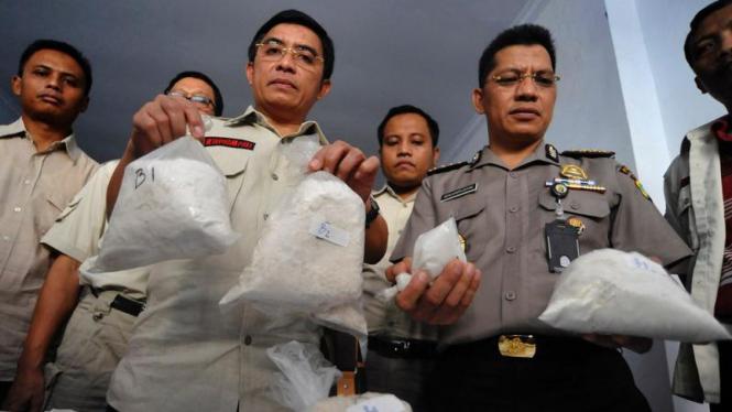 Polisi menunjukkan barang bukti shabu