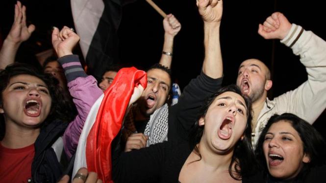 Rakyat Mesir merayakan turunnya Mubarak.
