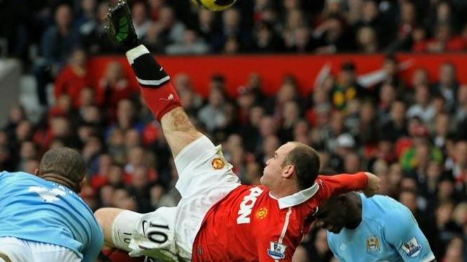 Wayne Rooney sebelum mencetak gol lewat tendangan salto
