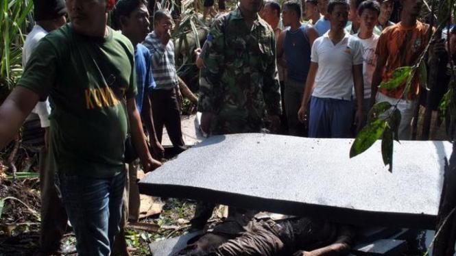 Evakuasi korban pesawat SMAC yang jatuh di Bintan, Kepulauan Riau