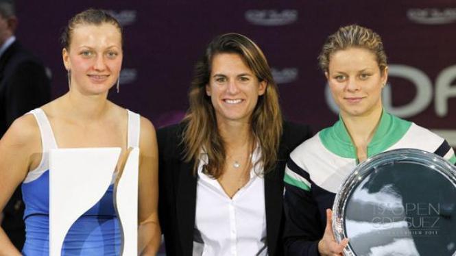 Petra Kvitova (kiri) dan Kim Clijsters (kanan) mengapit Amelie Mauresmo