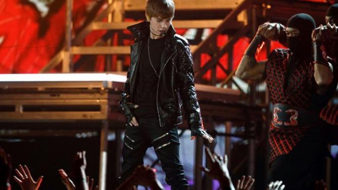 Aksi Justin Bieber di Grammy Awards 2011